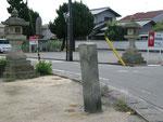 尾上神社正門前の道標