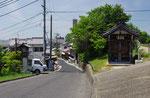 横町の道標、右が天井川