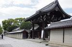 亀山本徳寺の大門