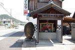 志方町志方郵便局前の道標とお堂