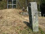 東田原日光山登山口の道標右面、後方が登山口