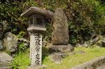 逢坂山關址の碑と常夜燈