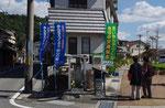 花田町高木の道標(後方が高木公民館)