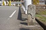 踏切手前の道標