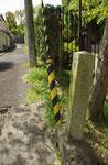 青蓮院宮御墓参道の道標、南に細い登り道
