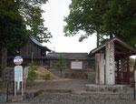 右が「一里塚の郷石畑」の碑、左が「間の宿石畑」の碑