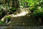 階段登り口の両側