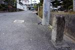 道標の右面、東を見る