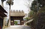 天保9(1838)年建立のカヤ葺きの山門