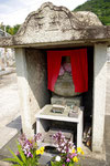 奥の地蔵坐像の台石に道標がある