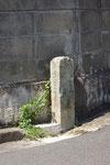 東神吉町常楽寺裏の道標(東と南面)