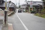 石清水神社前の道標、右が中山道