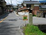 太尾北口バス停前の道標(右面)