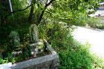 県道より少し高い2基の仏像