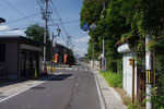 武佐宿大門跡、右に案内板がある。街道の西を望む