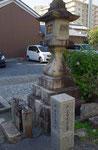 三矢村と岡村の村界を示す常夜燈
