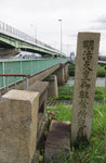 観月橋北詰の明治天皇駐輦の碑