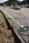 元の位置と思われる三差路、手前左に道標が転倒