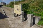 枚方宿東見附跡の説明板、後方がかささぎ橋