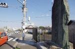 府道13号線沿いの堤防上に建つ碑