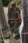 弓ノ木交差点の道標(後方の地蔵菩薩像)