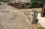田原町の道標(7)、左奥に道標(8)が見える