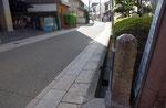 道標の東面と京街道