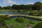 後楽園(唯心山より沢の池をのぞむ)
