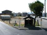 西野々垣内公民館前の祠