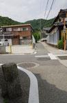 書写東坂の道標(後方が書写山)