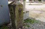 船渡墓地内の道標(正面、右面)