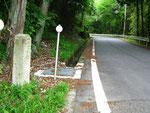 大師堂前の町石、道路奥が一乗寺の方向