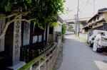山田の明治天皇御小休所の碑、右が山陽道