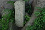 神吉町宮前石棺横の道標