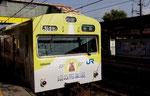 銀の馬車道の塗装を施した電車、甘地駅にて