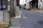 道標遠景、右は和菓子の天磨屋さん