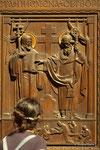Detail einer Schnitzerei einer Holztür im St. Veit Dom