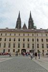 Barocker Palast um den zweiten Burghof mit den Turmspitzen des St. Veiter Dom
