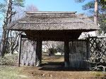 近代和風庭園の北側にある萱門