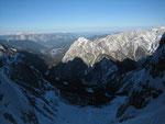 Der Blick nach Norden zum Dobratsch (2167m), beim Übergang vom Schatten zur Sonne im Tal liegt der Ausgangspunkt dieser Tour Riofreddo