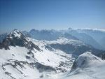 Blick vom Fuße des Presteljenik nach Osten in den slowenischen Teil der Julischen Alpen, der höchste Berg im Hintergrund ist der Triglav (2864m)