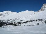 Nach Westen kann man den Monte Zabus (2244m, links), Curtissons (2240m, Bildmitte) sowie die Forca dei Disteis (2201m, rechts, beliebtes Schitourenziel) erkennen