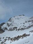 Die Abfahrt erfolgt bei passender Schneelage (Firn) über die Hänge in der Bildmitte. Bei unserer Besteigung mussten wir leider die sehr steile Rinne wählen, da nur in dieser der Schnee tragfähig war (sonst Brucharsch)
