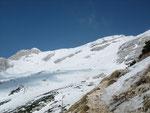Der Blick vom Grat nach Westen. Ganz rechts im Bild ist er Gipfel der Velika Mojstrovka zu erkennen
