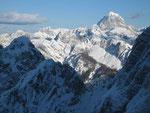 Im Osten strahlt der Mangart (2677m) im Sonnenschein: