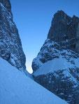 Der Aufstieg erfolgt zwar die längste Zeit im Schatten, aber es bieten sich teils schöne Ausblicke bzw. Einblicke