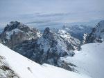Im Osten erheben sich der Mangart (2677m, Bildmitte im Hintergrund) sowie der Wischberg (2666m, links im Vordergrund)