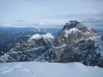 Nach Nordosten reicht der Blick bis zum Dobratsch (2167m, Felswand im Hintergrund) sowie den Nockbergen. Im Vordergrund überragt der Wischberg den Grande Nabois (2313m, links vom Wischberg)