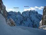 Von der Scharte aus bietet sich ein herrlicher Blick in die Nordostflanke des Montaschmassives. Im Bild ist der Montasch (2753m) mit der Brdorinne, die Terrarossa (2420m, rechts von der Huda Paliza) sowie die tief eingeschnittene Forca del Palone