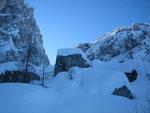 Schnee liegt hier genug. In 1600m sind es gut und gerne 1-2m. Im Hintergrund kann man den Sella Nabois erkennen